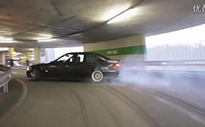 宝马E36 停车场尽情漂移