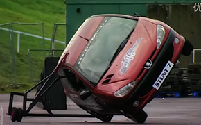 外国网友亲身实践两轮行驶特技