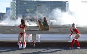 比基尼美女车手漂移 庆祝圣诞节
