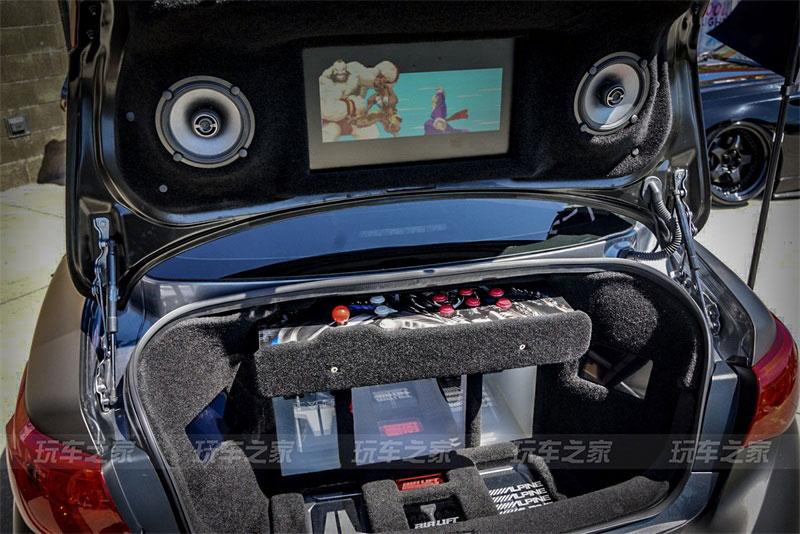 英菲尼迪Q50改装低姿态 后备箱还能变身游戏厅玩拳皇97